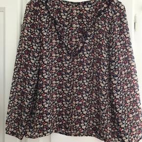 Virkelig sød bluse/skjorte med blomster og V-flæse fra Soaked in Luxury. Let transparent. 100% polyester. Sender gerne mod betaling.