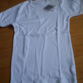 Varetype: T-shirt NY Størrelse: S Farve: Hvid Oprindelig købspris: 230 kr. Prisen angivet er inklusiv forsendelse.  Aldrig brugt. Købt for lille.  Svarer til 12-14 år-  Pris 140 inkl porto