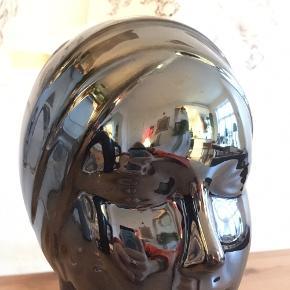 Smuk vase i Metallic mørkeblå.  Ingen skår, helt intakt.   H: 20 cm.  B: 11 cm.   Hentes på Nørrebro eller køber betaler porto :):)