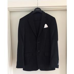Sort Bertoni jakkesæt med god pasform Str. 52 Kun brugt ganske få gange! Nypris: 3500,- Mp. 500,-❗️