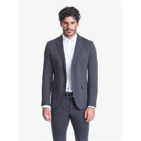 Brand: JOHN BARRITTVaretype: NY MED MÆRKER SMART BLAZER JAKKE Farve: Blå Oprindelig købspris: 2099 kr.  BETALING VIA MOBILEPAY!  John Barritt, inspired by the English style, creates a casual and elegant total look for every man. High quality fabrics and sartorial expertise: these are John Barritt's distinctive features that set it apart from its competitors.  JOHN BARRITT MAN JACKET, SLIM FIT, FULL BODY LINING, TWO BUTTONS, DOUBLE VENT, FLAP POCKETS, AMF AND SUEDE PATCHES ON ELBOW. KNITTED FABRIC, COLOR BLUE. COMPOSITION 100% COTTON. MEDIUM GREY MELANGE