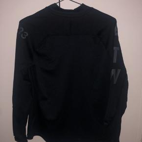 HALO bluse med lynlås v. Halsen. Brugt en enkelt gang og derfor helt ny.  Kom med bud :)