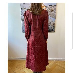 Sælger denne smukke kjole fra Hosbjerg, da den dsv bliver en tand for lille til mig. Den er kun prøvet på, så den er helt ny med prismærke! Vil gerne så tæt på nyprisen som muligt, da den som sagt kun er prøvet på 🌸  Køber betaler selv fragt
