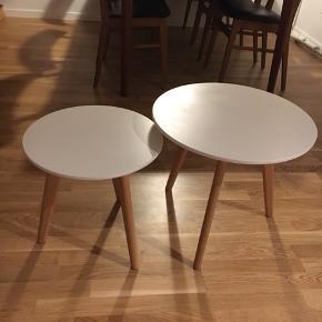 To fine sofa-/sideborde. Hhv. 40 og 45 cm høje og 40 og 50 cm i diameter.