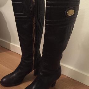 Varetype: Støvler med hæl Farve: Mørke brun Oprindelig købspris: 8600 kr.  Mindstepris 2100kr, brugt kun en gang. BYD gerne. Bytter ikke. Ved TS-handel, betaler køberen