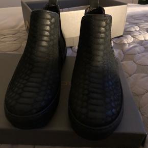 Lækker sort støvlet fra cashott, fik dem i gave desværre et nummer for små.  Kunne ikke byttes da jeg ikke havde bonen, men købte selv et par i nummeret større og elsker dem.