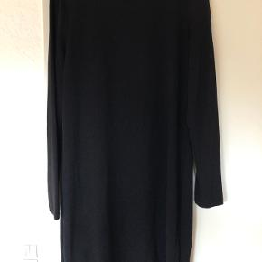 Fin kjole fra VILA med glimmerdetaljer i fint mønster (fornemmes desværre ikke på billede). Kjolen går til midt på låret og fitter str. s/m-xl.