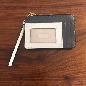 Super lækker lille pung fra Marc Jacobs i modellen: Snapshot Top Zip Multi Wallet BLACK MULTI Farve: sort, grå og creme  ALDRIG brugt,  Nypris: 799,-  Pris: 500,- eller byd  Hvis jeg finder kvitteringen, kommer den selvf. med  Mine varer købes som beset og beskrivelsen passer til stand og billeder