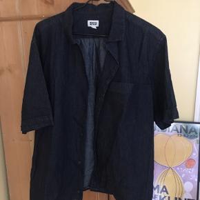 Kortærmet skjorte fra Weekday, passer S/M. Er syet op i bunden med en hvid tråd. Købt i herreafdelingen, så en smule oversize
