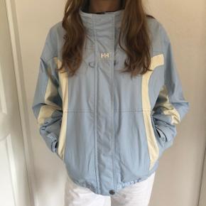 Sælger denne super fine jakke fra Helly Hansen i lyseblå🌸 Vintage jakke   Den kan hentes i Aarhus og Skanderborg, ellers sendes på købers regning☀️