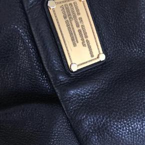 Varetype: Skuldertaske Størrelse: 33x35/5 Farve: Sort  Sælger min Marc by Marc Jacobs taske da jeg ikke får den brugt.  Har brugt den men megey vedligeholdt. Mest synlige slid kan ses på billede 2. Lidt slid af guld farve samt ridse plus en lille hvid plet på læderet, som jeg ikke ved hvad er. Indvendig kan jeg sende billeder.  Dustbag medfølger Bytter ikke og prisen er fast. Vil helst handle via mobile pay ellers kommer ts gebyr oveni. Sender via dao.