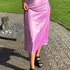 Sød satin nederdel i lilla/lyserød/lilac. Den har nogle små enkelte tråde som ikke er synlige. Byd :)
