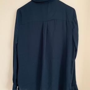 Mørkeblå skjorte fra H&M str. 40/L. En af deres basic-varer. Fremstår som ny.