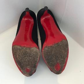 Sorte Christian Louboutin stiletter Brugte, men i rigtig god stand.   Der er en lille rift på den venstre sko, hvilket kan ordnes hos en skomager.   Hæl 12,5cm Røde støvposer medfølger  Flere billeder kan sendes  Kan afhentes i Kbh K. Sender gerne, køber betaler porto.