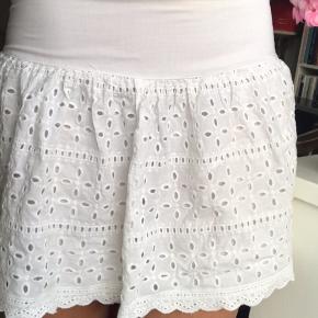 Sød lavtaljet hvid nederdel med lynlås i siden 🌷Passer perfekt til en løs skjorte eller top    #secondchancesummer