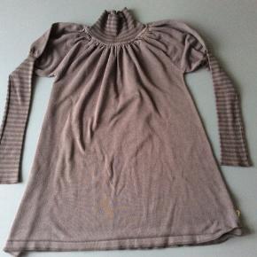 Kjole med stramme ærmer og høj hals. Stoffet er lidt fnuldret. Et par trådudtrækninger.  Skulder og ned 61 cm Indv arm 42 cm