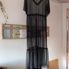Fin gennemsigtig kjole perfekt til over et par jeans og en fin bluse og eventuelt med en sweater over. Kjolen er brugt 3 gange. Egentlig er det en størrelse small, men den passer bedre en M-L.