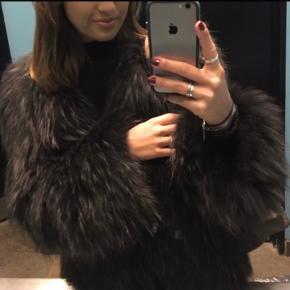 """Pels fra mærket """"Lawal"""" - minder utroligt meget om Meotines pelse. (Derfor markeret som Meotine).   Farven er sort/brun - med rigtig fine nuancer.   Brugt meget lidt - men noget af pelsen er blevet sammentrykt bagpå, da den har ligget op af en varm radiator på en restaurant. Derfor sælges den billigt.   Kan sendes med DAOeller afhentes i Kbh k."""