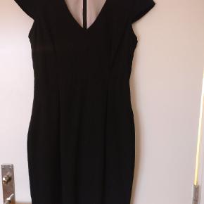 Flot sort kjole. Tætsiddende og god brug som den klassiske sorte kjole til enhver lejlighed.  Nypris var 200 kr.  Kan sendes eller afhentes i Aarhus.