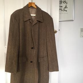 Super fin uld frakke fra Hugo Boss.70% uld og 30% polyester. Kom og prøv den. NP ca 2.500kr Afhentet på Frederiksberg.