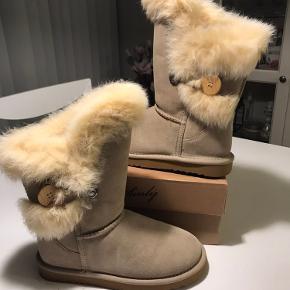 Bamsestøvler med ægte pels og fine detaljer.  Støvlen er lavet af ruskind, med kaninpels og uld for indeni. Støvlerne er aldrig brugt.  ⭐️jeg sender gerne, og ellers kan det afhentes i Farum eller i Fields (Amager) ⭐️