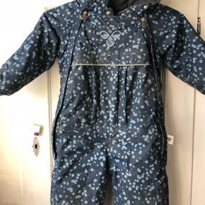 Lækker snow suit fra Hummel ingen huller. En meget lækker varm flyverdragt og vandtæt, farven er mørkeblå. Pelskrave er aftagelig.  Dobbelt lynlås som en Anorak