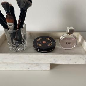 Lidt små pletter der kan renses af med marmor rens .  Sælger 2 fade .  Rigtig fine til opbevaring af makeup smykker mm.
