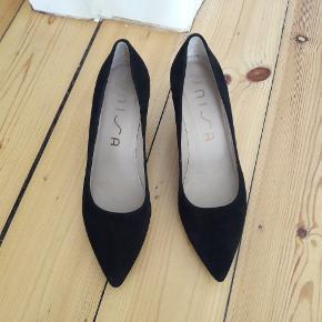 Flotte, elegante sko med 7 cm hæl og spidse snuder i blød, sort ruskind. Kun brugt et par gange, næste ingen slid (se billede af såler). Fejler ellers intet.