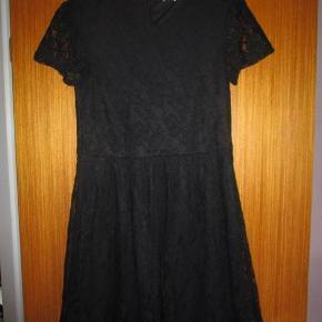 """Pieces blonde kjole i sort, superflot Farve: Sort  Brugt 1-2 gange, super flot sort kjole fra Pieces, i fint blonde. Kan bruges både til hverdag og festlige anledninger. Perfekt """"den lille sorte"""" kjole."""