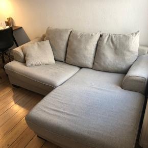Lækker sofa fra Ilva model kingston. Pæn og velholdt og med aftageligt betræk der kan vaskes. Ny pris kr. 9000. Mål: 156 cm længde ved chaiselong, ca 205 cm bred og 97 cm i længde i side uden chaiselong