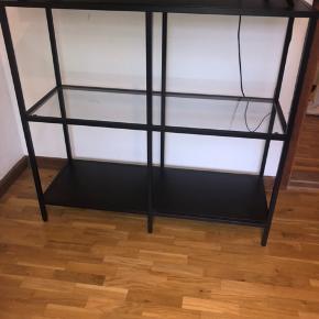 Brun/sort Tv-skab/kommode. Købt i ikea og brugt i et år dog er der ingen brugsspor, slidte hjørner eller andet. Står i helt perfekt stand!