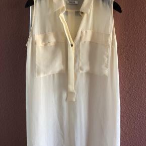 Halv gennemsigtig smyk skjorte uden ærmer, falder flot Både str s og m kan passe den