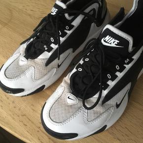 Nike Zoom 2K i sort og hvid. Brugt minimalt.