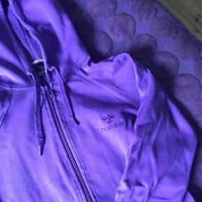 Hummel trøje med lynlås og hætte i str L.  Lilla