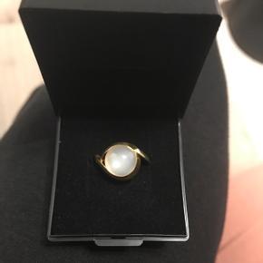 Virkelig smuk ring med månesten og forgyldt. Købte den i sidste måned, men har fortrudt. Har stadig kvitteringen, som selvfølgelig kommer med i købet.   Np: 795 kr.  Størrelse: 50