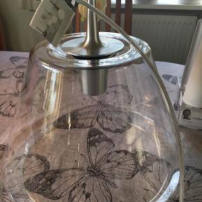 1 Le Klint GLAS-pendel af Philip Bro Ludvigsen; model Undercover, str. Medium ( Ø 34 cm) NY - men bemærk med håndteringsspor: Lampen kan bruges både med eller uden folie-inderskærm. Der følger 2 inderskærme med i kassen, 1 frostet & 1 white - selve glaslampen har få håndteringsspor, 2 meget meget tynde ridser (lang afbrudt stribe ca. 20 cm på langs med lampen rundt ) ses ikke ret tydeligt (har prøvet at tage billede af fejlen, håber i kan se den, de sidste 2 billeder.) - sælges for familie. - en af inderskærmene har en skade (en fold) den anden er helt fin. (der kan købes folieskærme i alle farver og mønstre i lampebutikker) Nyprisen er 4395 kr for lampen - TILBUD - NEDSAT TIL 1500 kr. / SAMLET (sender ikke glas, lampen kan hentes på Djursland. tæt på Tirstrup / Ebeltoft )  *Handel kan foregå kontant, via TS, bankkonto & Mobilepay*