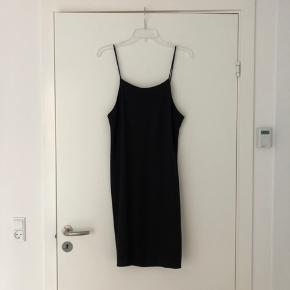Black slip dress in 100% viscose. Really lovely fit and works great with a top under and a belt on the waist, or just worn as it is. There are a few areas near the straps which came undone so I fixed them. It's missing the size, but it should fit S-L depending on desired fit (I'm size XS-S and 168cm).
