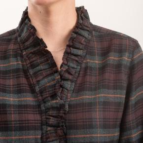 Smuk skjorte i tern med ruffle foran, modellen hedder Awendy og er fra denne kollektion som er i butikkerne nu. Alt medfølger undtagen bon, da jeg har købt andet.  Respekter venligst at jeg ikke bytter og køber betaler porto samt gebyr ved tspay (både sælger og købers).