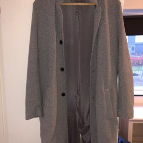 Super fed grå forårsfrakke fra Zara, som går lige til knæene på en 177 cm høj fyr.   No flaws.