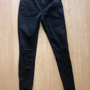 Lækre strech jeans med slids i knæ.