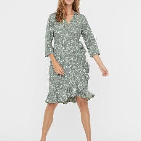 Sød grøn prikke sommer kjole fra vero moda. Brugt enkelte gange