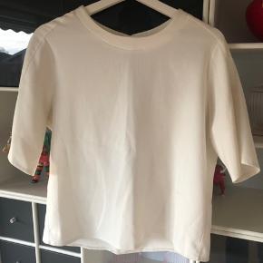 T-shirt fra Birgitte Herskind. I str. L. 100kr ex Porto.