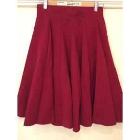 Utrolig lækker bordeaux rød vintage nederdel i ren uld fra Frankrig. Størrelsen svarer nok til en 36-38. Den medfølger med nogle små pletter, som skulle være nemme nok at få af.    Jeg har målt 73cm livvidde og 60cm i længden fra top til knæ