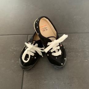 Sorte Kawasaki sko med stjerner str 30. Aldrig brugt.  Køber betaler Porto.