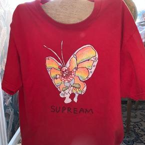 supreme gonz butterfly tee minimal cracking i print, men det er ikke noget man lægger mærke til fast pris