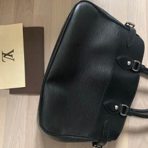 Sælger min smukke Louis Vuitton epi, da jeg har forelsket mig i en anden Louis Vuitton taske 😍  Så nu skal denne udgået skønhed til en ny ejer 🌸  Den er brugt sparsomt! Og er derfor i super flot stand!   Kvittering medfølger ♥️ Flere billeder kan sendes 😍