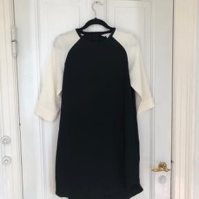 - Super fin &Other stories kjole med hvide ærmer  - Ingen tegn på slid  - dejlig stof  - lynlås bagpå - går ca til knæhøjde - (jeg er 170 cm høj)  ✨ Kom gerne med et bud på pris