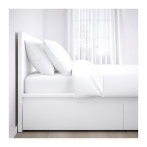 MALM seng fra ikea sælges. Passer en madras på 140*200. Sengerammen fejler ingenting og er som ny. Sælges grundet flytning og pladsmangel. OBS:  Skuffer, madras og lamelbunde følger ikke med!