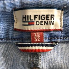 De skønneste jeans med perfekt pasform, de er brugt et par gange.  Se størrelsen på billede, jeg bruger normalt 36/small og jeg passer dem lige.