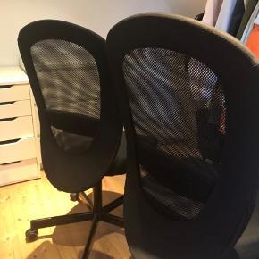 IKEA kontorstole i sort stof. Virkelig behagelig at sidde i. Sælger da jeg har simpelthen har for mange kontorstole stående😆 200kr pr. stk. NP: 500kr pr. stk. *Byd gerne*